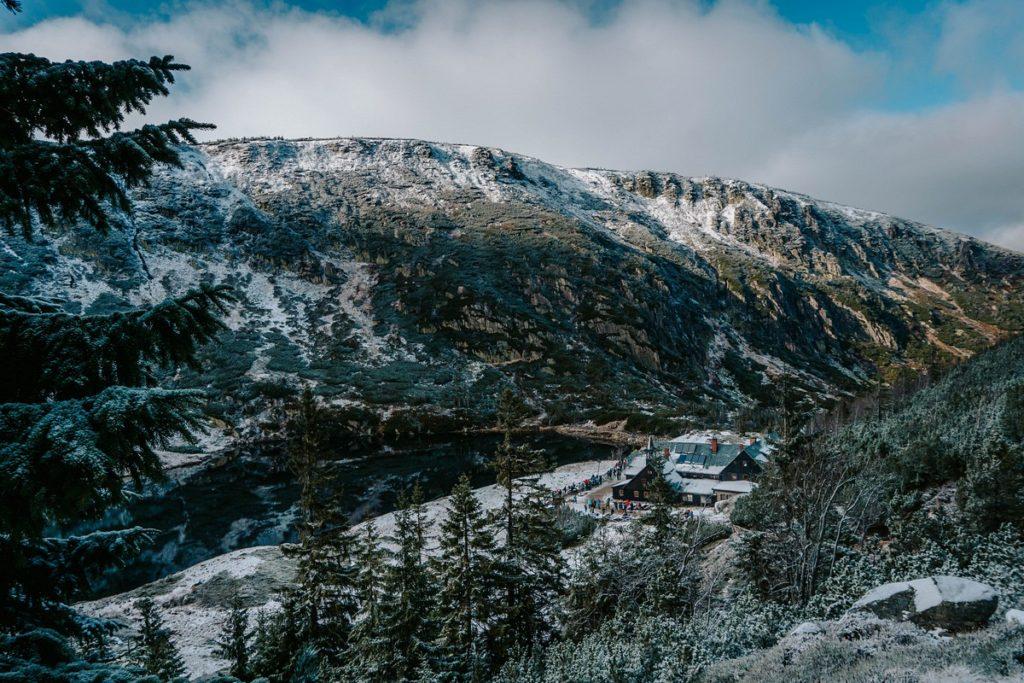Widok z góry na Schronisko PTTK Samotnia